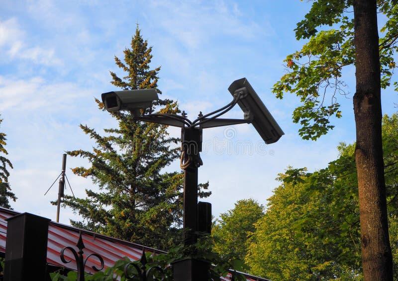 户外监视摄像机安装在房前庭院门上 库存图片