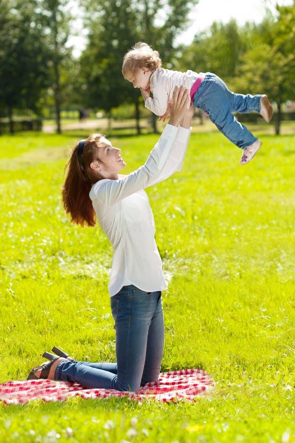 户外秀丽妈妈和婴孩 使用本质上的愉快的家庭 Mo 库存照片