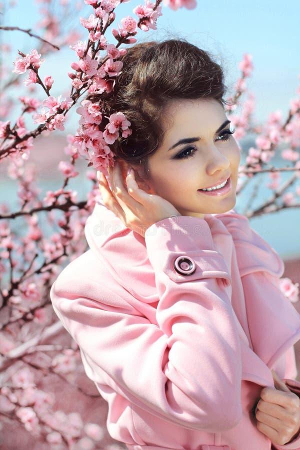 户外秀丽浪漫女孩。在桃红色S的美好的妇女模型 免版税库存照片