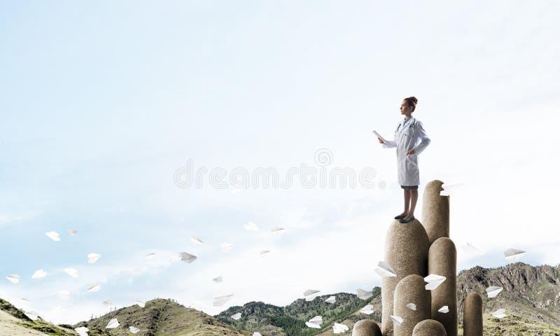 户外站立在上面的医学专家或实习者 免版税图库摄影