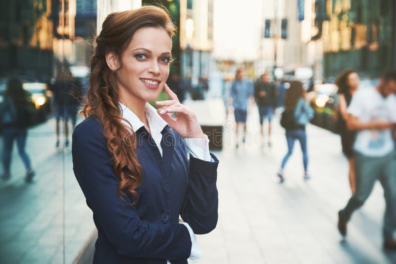 户外美丽的女商人的画象 免版税库存照片