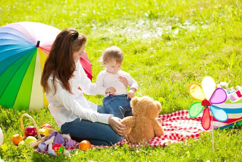 户外美丽的妈妈和婴孩 使用本质上的愉快的家庭 库存照片