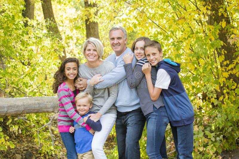 户外美丽的家庭画象在一个晴天 免版税库存图片
