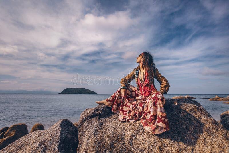 户外美丽的年轻吉普赛样式妇女 免版税图库摄影