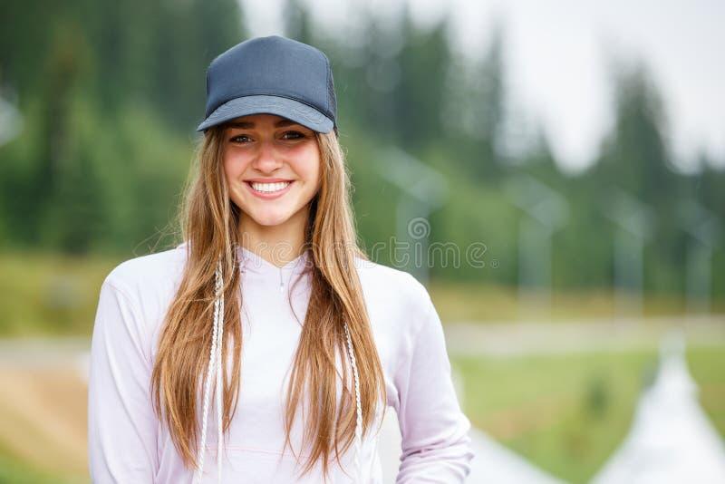 户外美丽的年轻微笑的妇女画象  库存照片