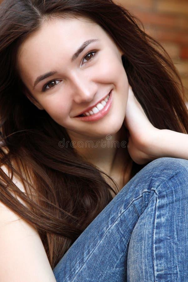 户外美丽的年轻深色的青少年的女孩街道画象  免版税库存照片