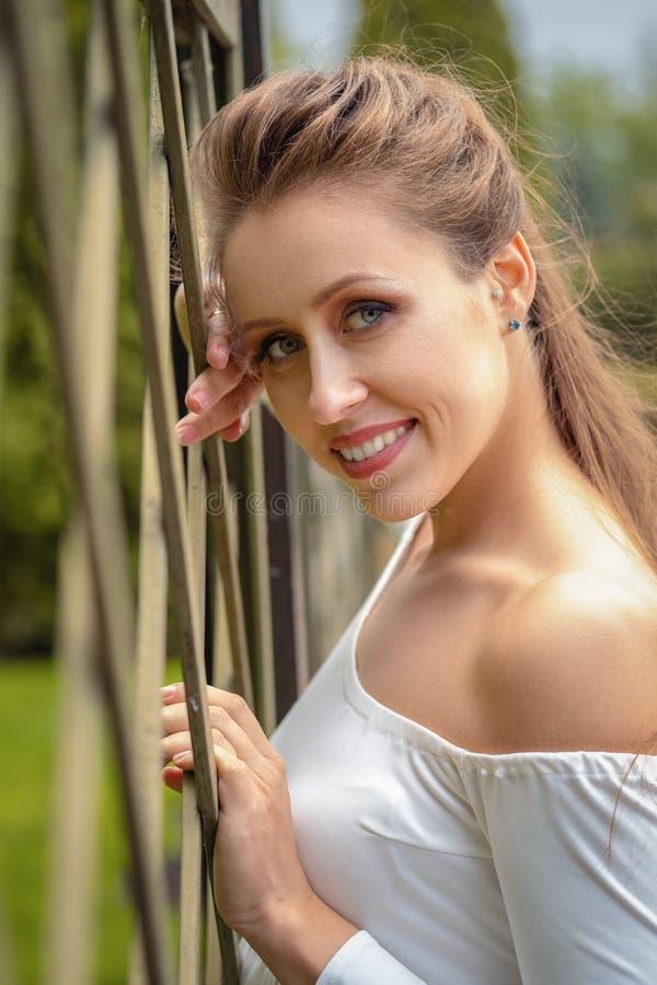 户外美丽的年轻白肤金发的妇女 r 自然夏天背景 外部特写镜头画象美丽年轻愉快 免版税库存照片