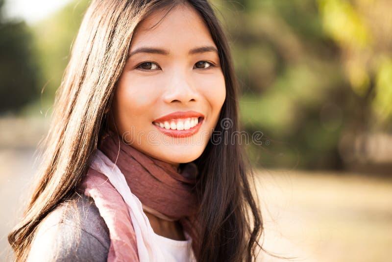 户外美丽的年轻亚裔妇女 免版税库存图片