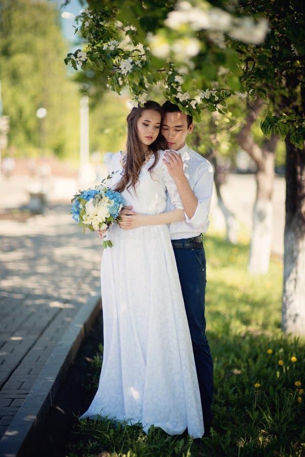 户外美好的夫妇 免版税库存照片