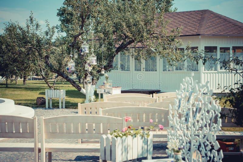 户外美好的葡萄酒婚礼 夏令时 老whi 图库摄影