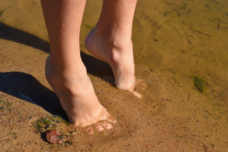 户外腿的儿童的赤裸脚 免版税库存照片