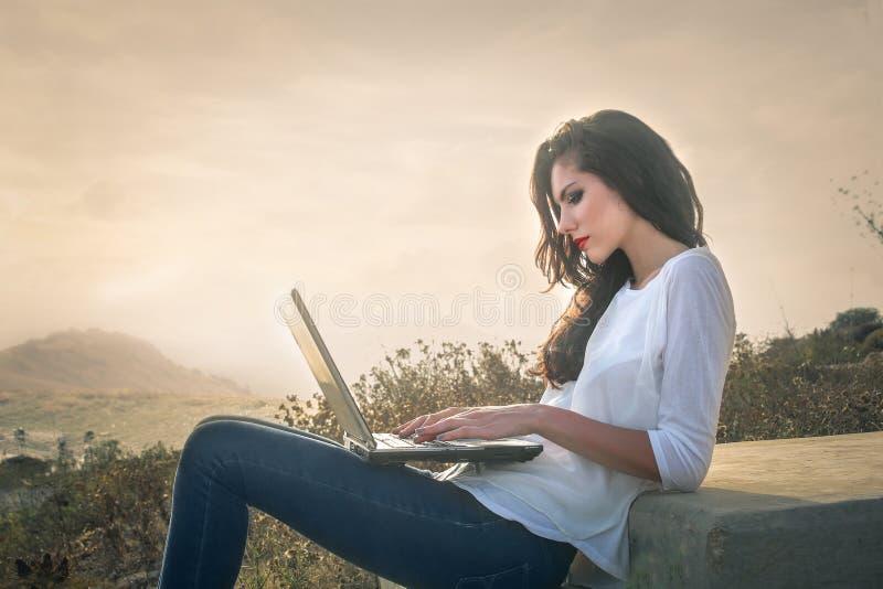户外膝上型计算机妇女 库存图片