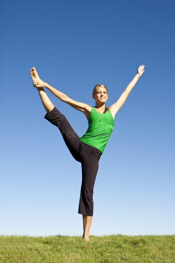 户外舒展妇女的健身 免版税库存图片