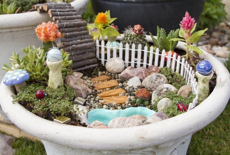 户外花盆的神仙的庭院 库存照片