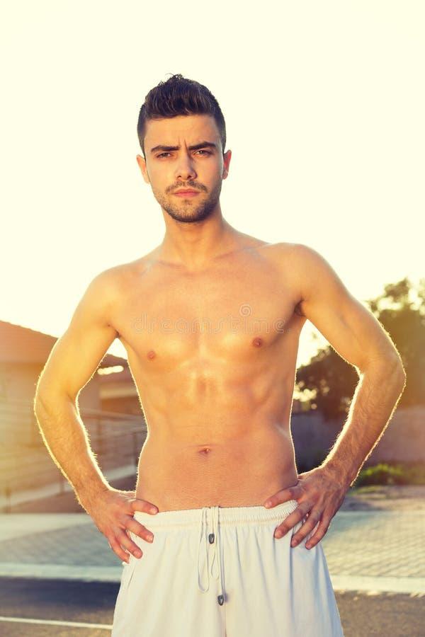 户外英俊的年轻赤裸上身的人在夏天 免版税库存图片