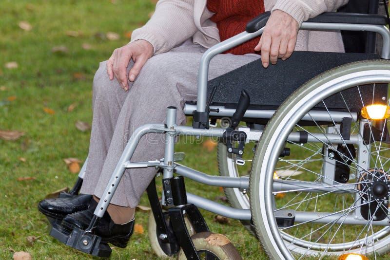 户外轮椅的残疾人 图库摄影