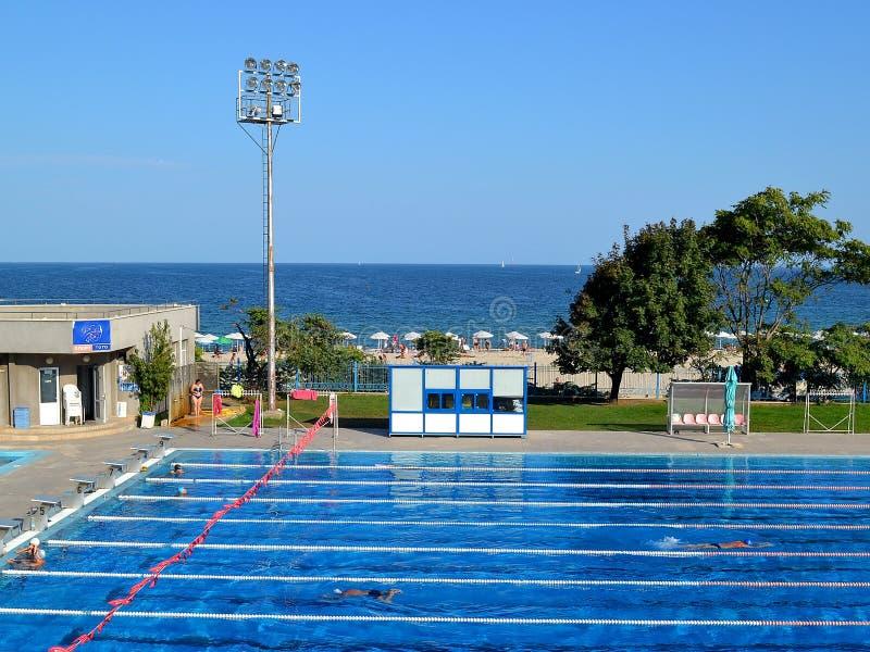 户外运动在游泳在黑海海岸的复杂Primorsky的游泳池 免版税库存图片