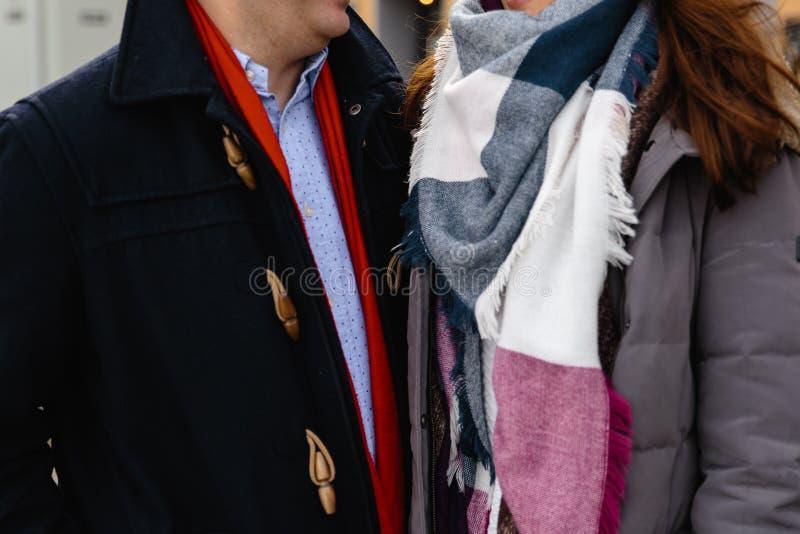 户外逗人喜爱的夫妇浪漫照片在冬天 提议的年轻人与他结婚与圆环-他们握手 免版税图库摄影