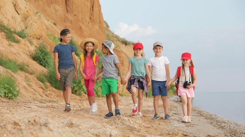 户外逗人喜爱的小孩在夏日 免版税库存照片