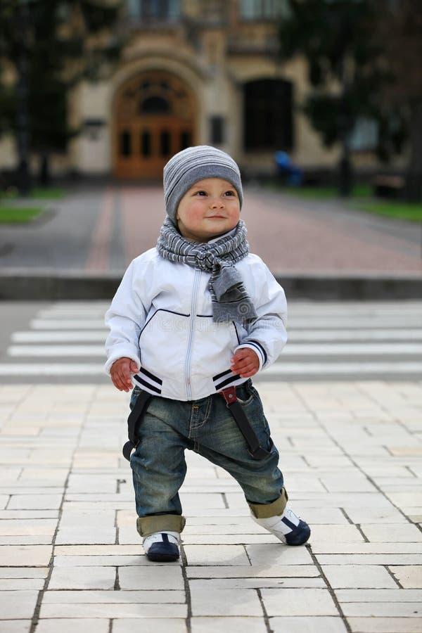 户外逗人喜爱的小男孩 库存照片