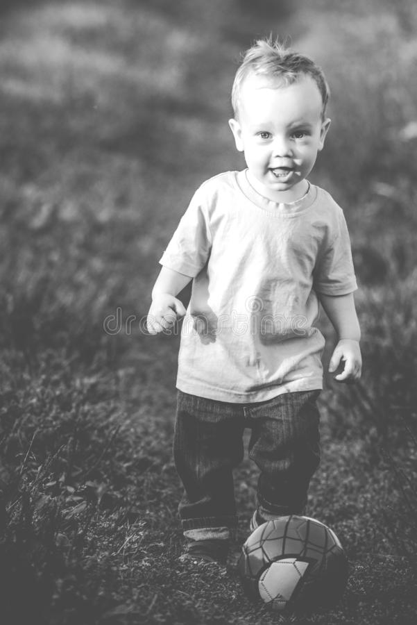 户外逗人喜爱的快乐的孩子 库存图片