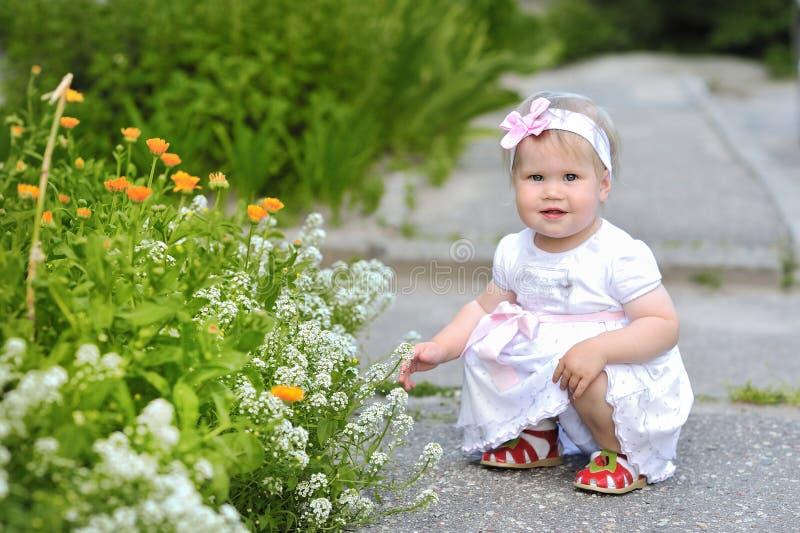 户外逗人喜爱的矮小的婴孩 免版税图库摄影