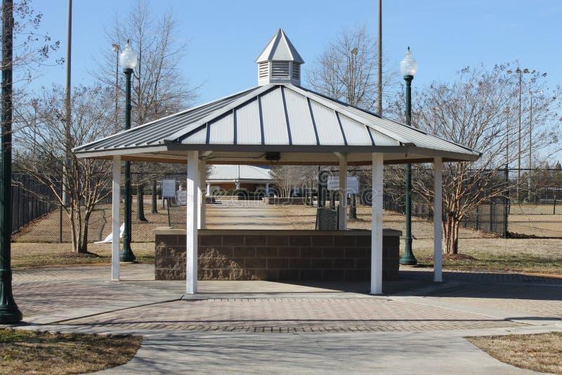 户外野餐时间和蓝天在公园 免版税库存照片