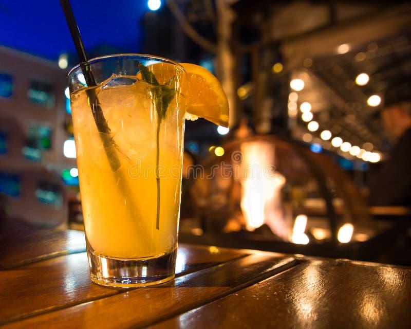 户外鸡尾酒在与光的晚上 免版税库存照片