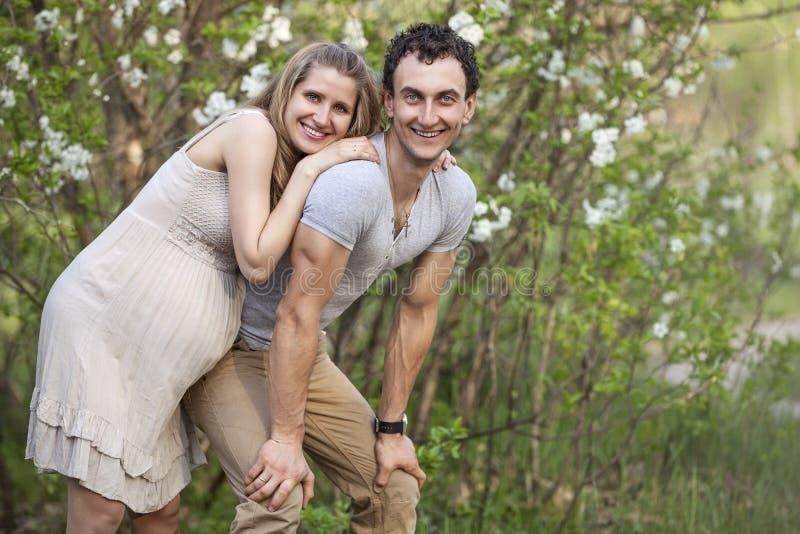 户外年轻人怀孕的夫妇 免版税图库摄影