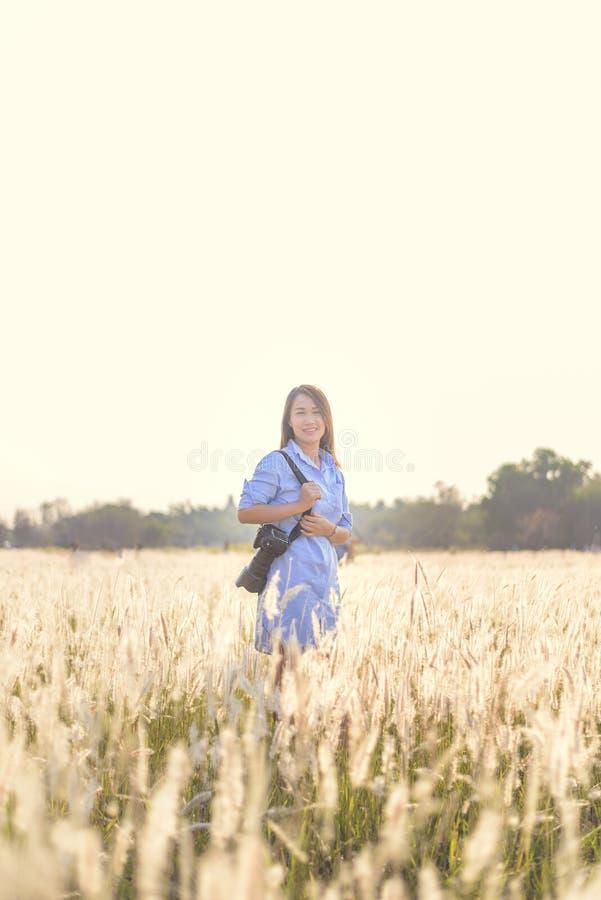 户外年轻女性摄影师的画象 库存照片