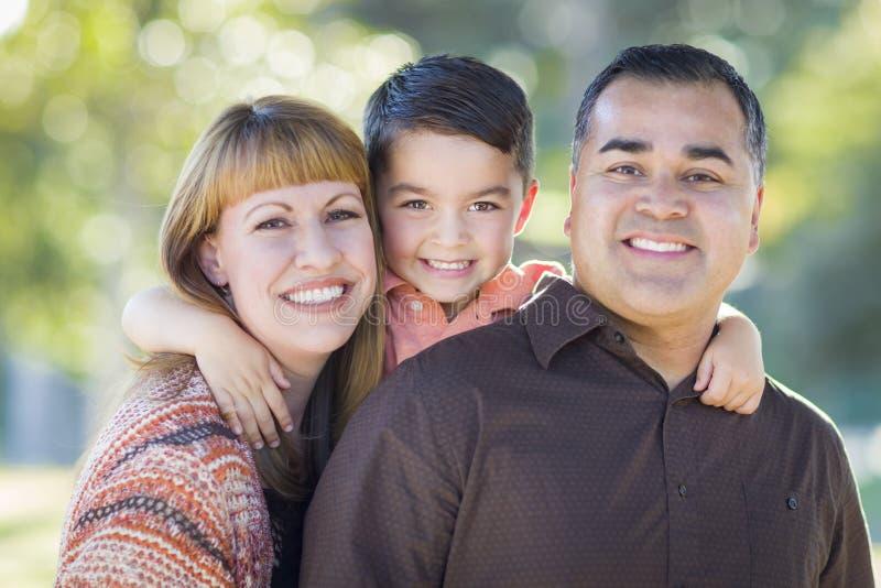 户外年轻混合的族种家庭画象 免版税图库摄影