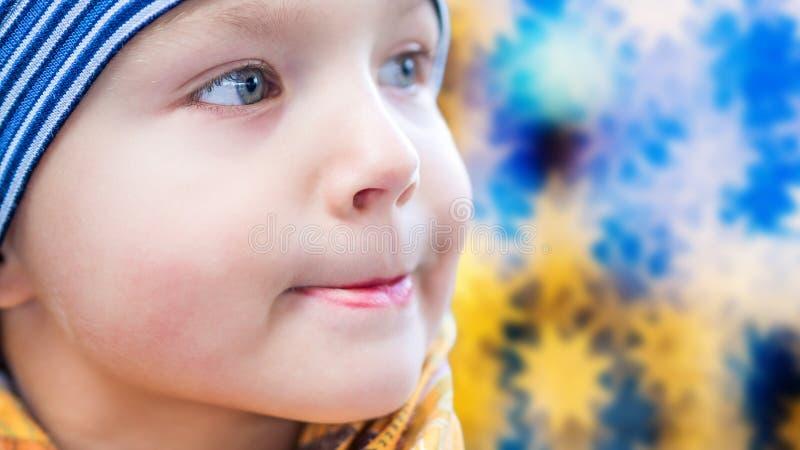 户外年轻男孩在与表示的冬时 免版税库存照片