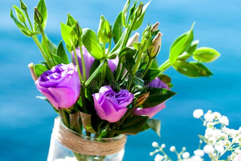 户外紫罗兰玫瑰色花束。 免版税库存图片