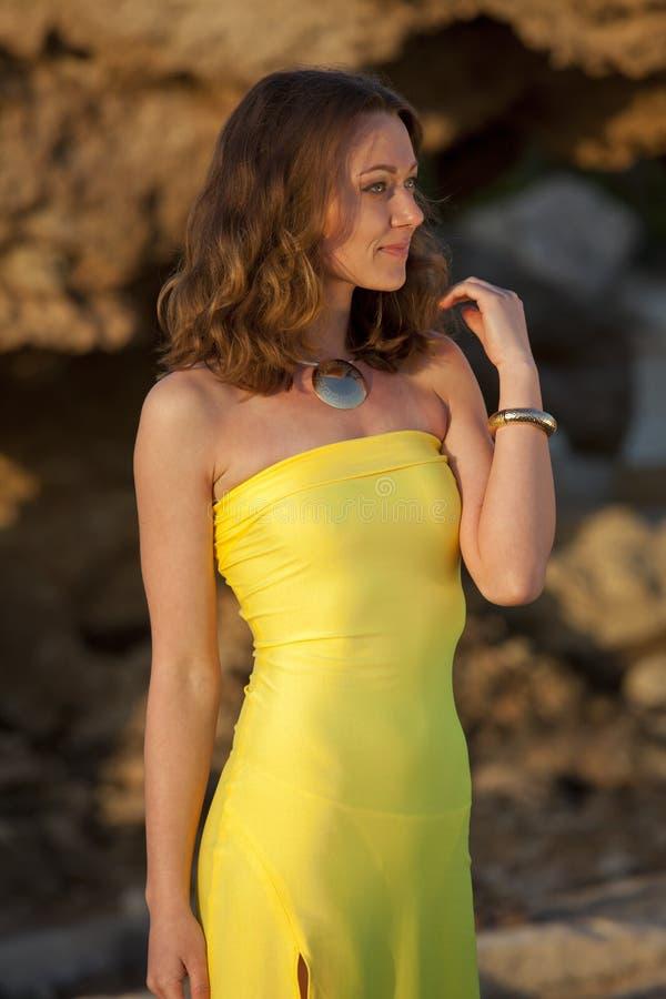 户外黄色晚礼服的妇女 库存图片
