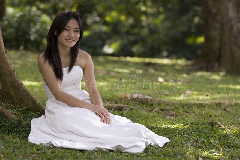 户外1个亚裔新娘 免版税图库摄影