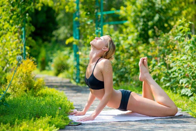 户外mudra摆在实践的女子瑜伽 免版税库存图片