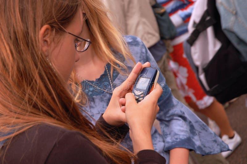 户外texting的少年 图库摄影