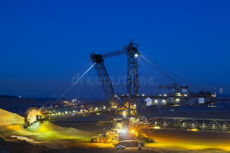 戽头转轮挖土机在晚上 免版税图库摄影