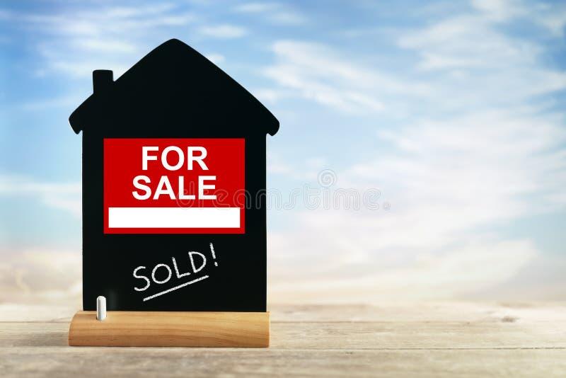 房地产开发商待售标志和白垩黑板 免版税库存图片