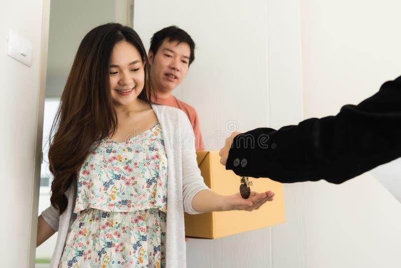 房地产开发商给房子钥匙夫妇 免版税图库摄影