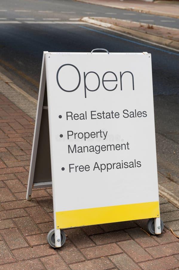 房地产挂在身上的广告牌 免版税库存图片