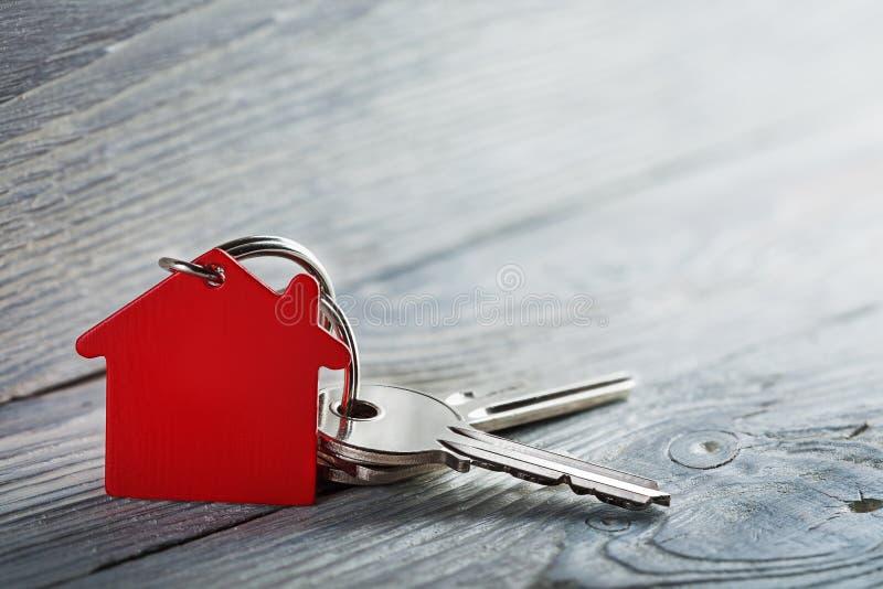 房地产概念,钥匙圈和钥匙在木背景 图库摄影