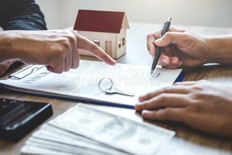 房地产经纪商经纪伸手可及的距离对客户签署的协议合同不动产的合同形式与批准的抵押申请书, 免版税图库摄影