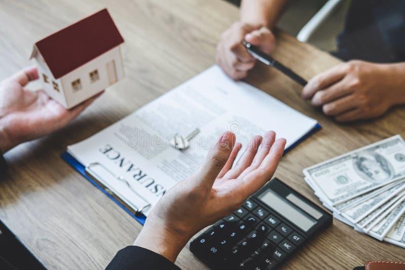 房地产经纪商经纪伸手可及的距离对客户签署的协议合同不动产的合同形式与批准的抵押申请书, 免版税库存图片
