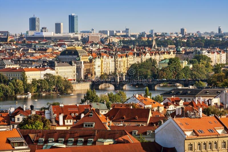 房子、布拉格屋顶和查理大桥鸟瞰图  库存图片