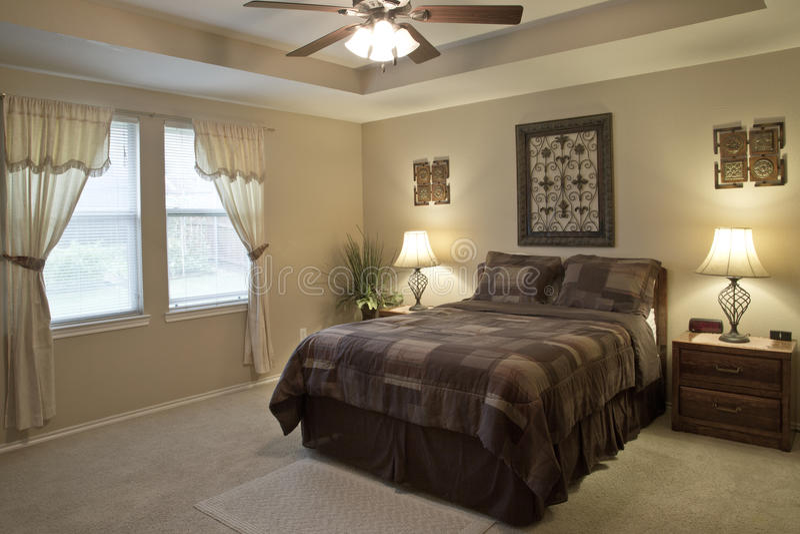 房子一间好的卧室的内部  库存照片