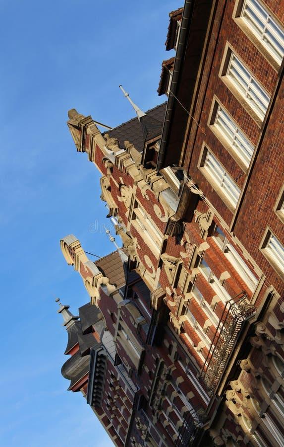 房子历史的门面在亚琛,德国的中心 大厦细节在最西部的城市的日落的 免版税库存图片