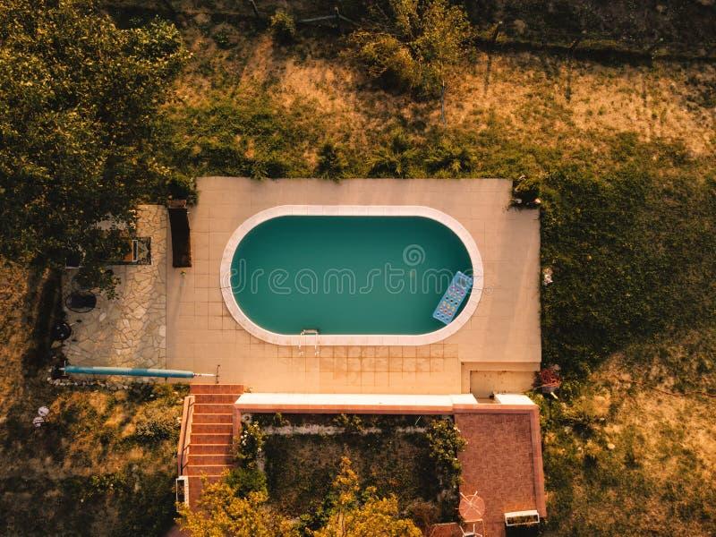 房子后院鸟瞰图有游泳池的 图库摄影