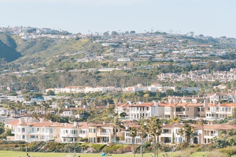 房子和小山看法在尼古湖和达讷论点,橙县,加利福尼亚 免版税库存照片