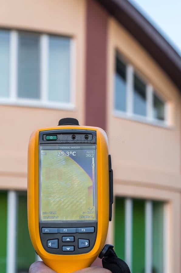 房子和屋顶的热成象检查 免版税库存照片